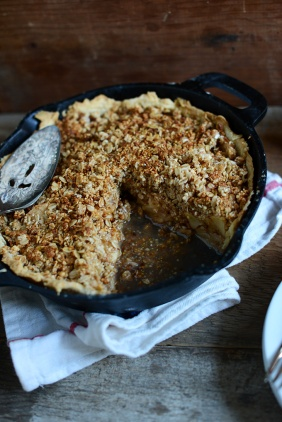 Deep-Dish-Apple-Crumble-Pie-vegan-minimalistbaker.com_1